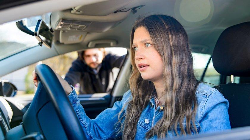 AWZ: Das war knapp! Maximilian und Nathalie flüchten vor der Polizei