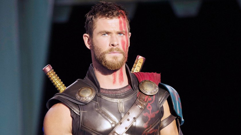 """MCU-Scherz: """"Thor 4""""-Star Chris Hemsworth und Regisseur Taika Waititi posieren für Billig-Poster"""